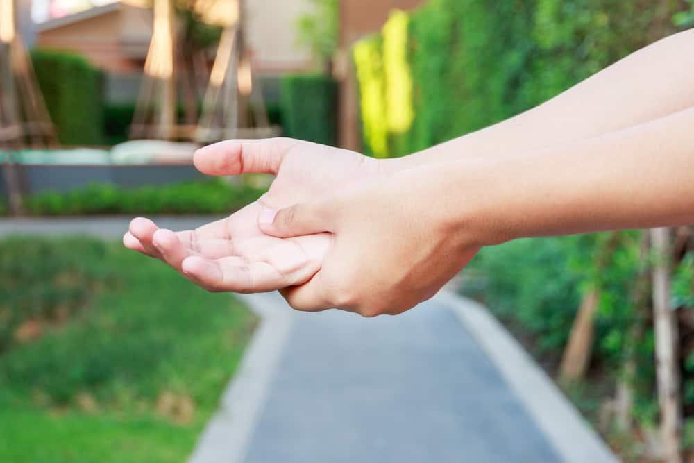 Không phải ai cũng biết, đây là những dấu hiệu nhận biết thoái hóa khớp bàn tay